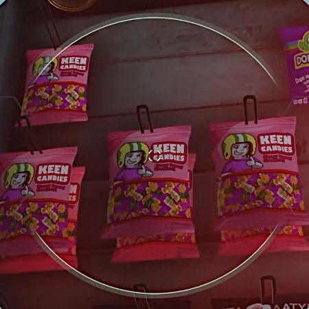 Detail aus Doom Eternal: In einem Regal hängen Tüten mit Süßigkeiten der Marke 'Keen Candies' und einer Abbildung von Commander Keen