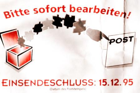 Rückumschlag eines Gewinnspieles aus dem Jahr 1995 -- Motiv ist eine Schachtel, aus der Puzzleteile in einem Bogen zu einer Hand gehen, die auf eine Raute mit dem Wort 'Post' zeigt. Dazu der Text: Bitte sofort bearbeiten! Einsendeschluss: 15.12.95 (Datum des Poststempels)