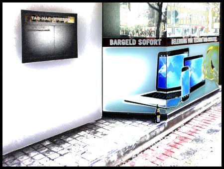 Stark mit Gimp nachbearbeitetes Foto eines Pfandleihers in Hannover, auf dessen undurchsichtem Schaufenster die Werbung 'Bargeld sofort' steht. Vor dem Fenster eine abgestellte Flasche Bier.
