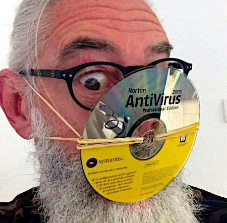 Foto eines Mannes, der sich mit einem Gummiband eine CD mit Norton Antivirus vor Nase und Mund gespannt hat