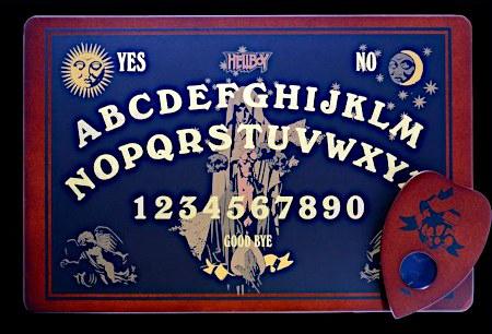 Ein Ouija-Brett der Marke 'Hellboy'.