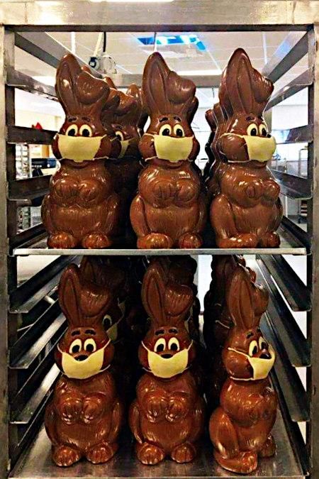 Schokoladen-Osterhasen mit Atemschutzmaske