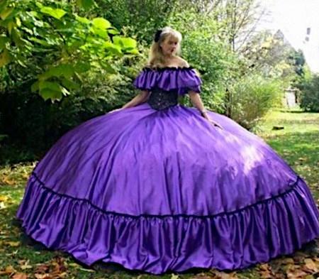 Foto einer Frau mit einem extrem ausladenden Kleid