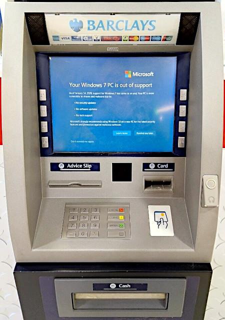 Geldautomat, der den Bildschirm zeigt, dass Windows 7 nicht weiter unterstützt wird.