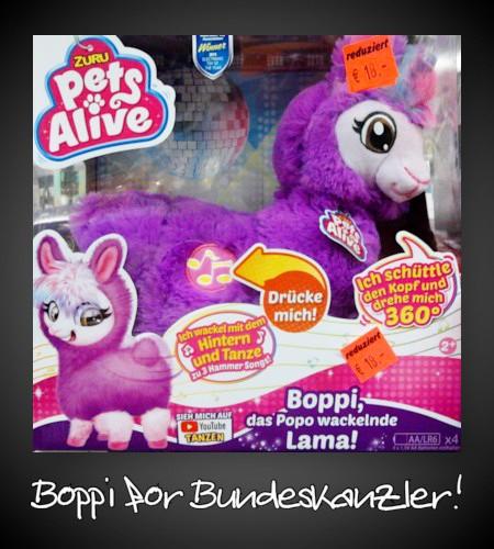 Verpackung eines Spielzeuges -- Es handelt sich um ein lilafarbenes Lama -- Pets Alive -- Ich schüttle den Kopf und drehe mich 360° -- Drücke mich! -- Ich wackel mit dem Hintern und tanze zu drei Hammer Songs! -- Boppi, das Popo wackelnde Lama! -- Sieh mich auf YouTube tanzen!