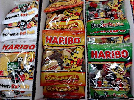 Eigentlich für die Europameisterschaft 2020 produzierter Fußball-Junkfood von Haribo, der billig verramscht wurde und doch nicht wegging: Schwarz-Rot-Gold, Stadionwurst, Dreierkette