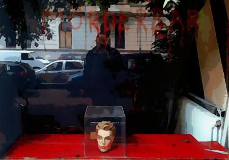 Ehemalige Silke Arp bricht, jetztiges Oberdeck mit Schaufensterdekoration 'Mörderbar' im vorigen Jahr.