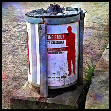 Stark mit Gimp nachbearbeitetes Foto eines öffentlichen Mülleimers in Hannover. Darauf ein Aufkleber: Meine Stadt halte ich sauber. Der Text ist so von einer Metallstange verdeckt, dass es sich als 'Eine Stadt' liest.