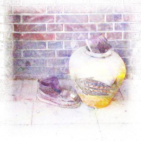 Ein stark mit Gimp bearbeitetes Foto von Müll am Straßenrand. In einer Vase, die mit einem Fischmotiv verziert ist, steckt ein weggeworfener Schuh, daneben liegt der zweite Schuh
