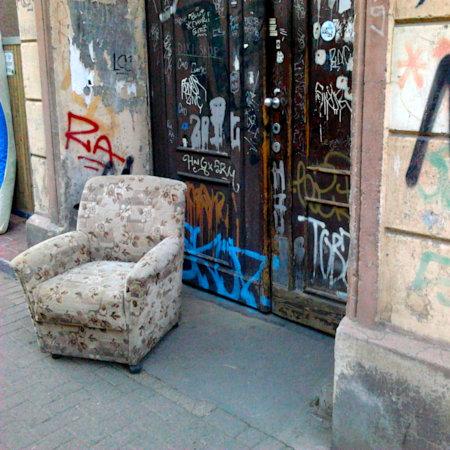 Foto eines Sperrmüll-Sessels, der sehr einladend in einem Toreingang zu einem Mietshaus in Hannover-Linden steht