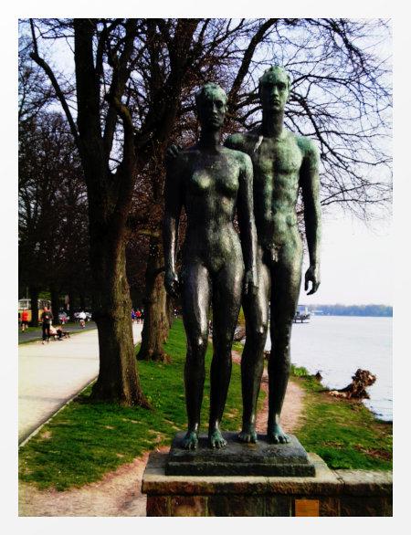 Skulptur zweier nackter Menschen am Maschsee zu Hannover, mit Gimp nachbearbeitet