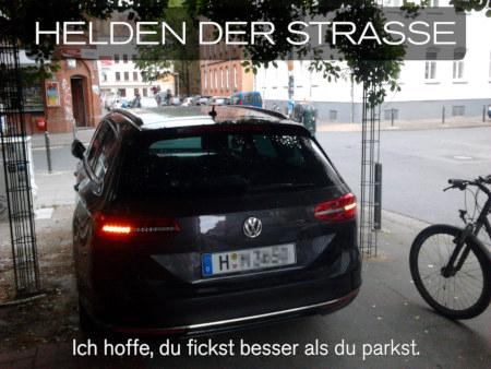 Foto eines besonders asozialen Falschparkers, der vollblockierend auf einem Fußweg parkt. Dazu der Text: Helden der Straße! Ich hoffe, du fickst besser als du parkst.