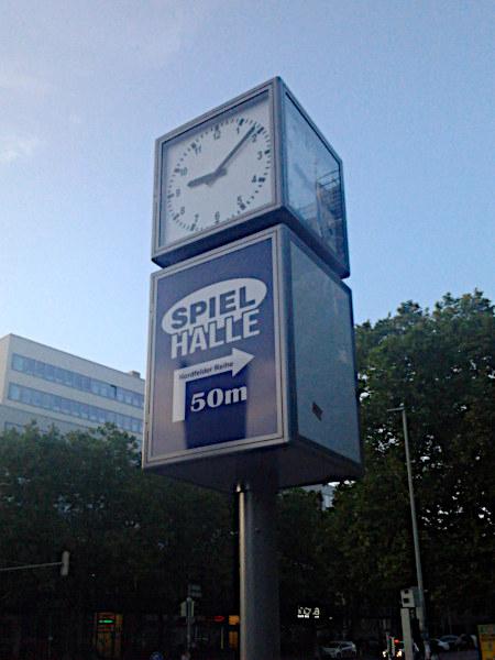 Reklame an einer Uhr im öffentlichen Blickraum: Spielhalle 50m Nordfelder Reihe