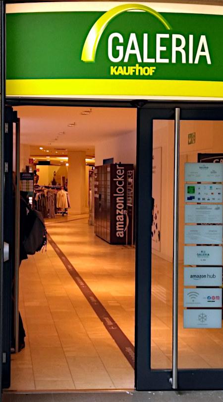 Foto eines Ladengeschäfts Galeria Kaufhof, in dessen Eingangsbereich ein Amazon Locker steht.