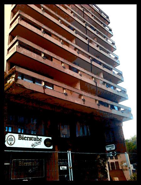 Stark mit Gimp nachbearbeitetes Foto der Ruine des früheren Maritim-Hotels am Friedrichswall in Hannover -- im Erdgeschoss eine 'Bierstube'.