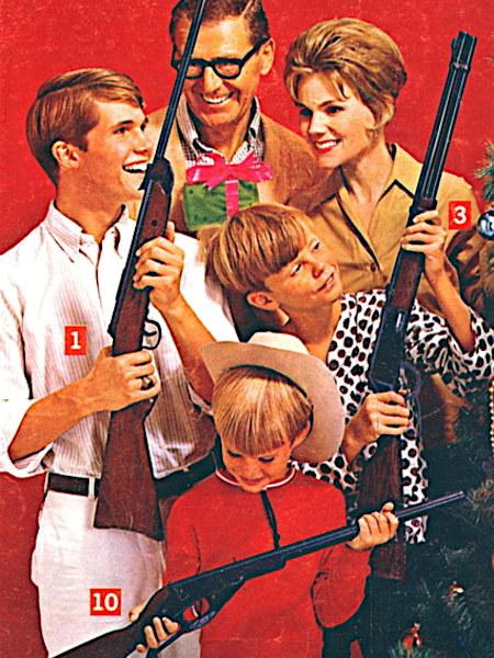 Unbeschreibliches Detail aus einen US-amerikanischen Versandhauskatalog. Eine lächelnde, glückliche Familie präsentiert die käuflichen Gewehre