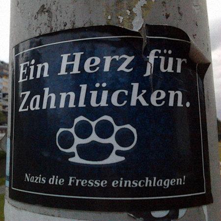 Aufkleber -- Ein Herz für Zahnlücken -- Bild eine Schlagringes -- Nazis die Fresse einschlagen!