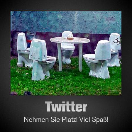 Foto von fünf Kloschlüsseln mit Klobrille und Deckel, die im Kreis um einen Gartentisch herum stehen. Dazu der Text: Twitter - Nehmen Sie Platz! Viel Spaß!