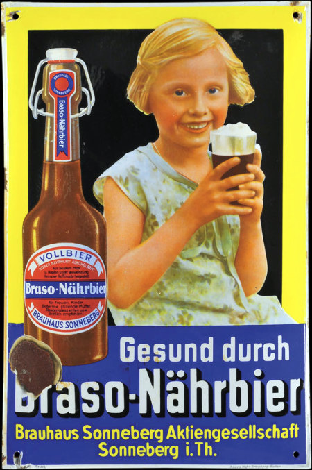 Werbetafel aus den 1930er Jahren. Ein lächelndes blondes Mädchen von höchstens zehn Jahren hält ein Glas Bier in der Hand. Neben dem Kind eine Flasche Braso-Nährbier, Vollbier aus dem Brauhaus Sonneberg. Dazu der Text: Gesund durch Braso-Nährbier. Brauhaus Sonneberg Aktiengesellschaft, Sonneberg i. Th.