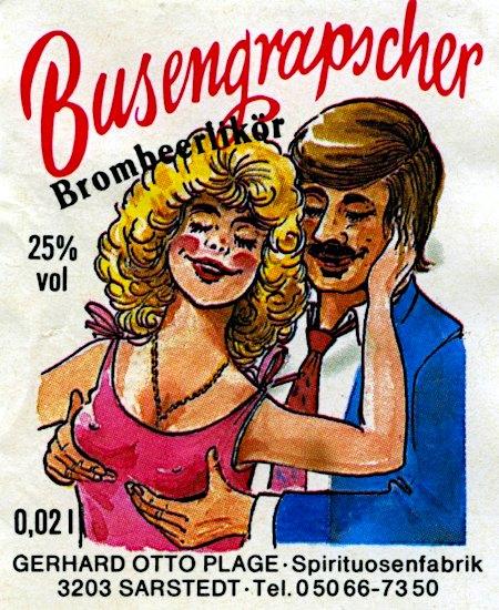 Sehr geschmackloses Etikett einer Likörflasche aus den Siebziger Jahren, das als Bildmotiv einen Mann zeigt, der einer davon sichtbar erfreuten Frau von hinten an die Brüste fasst -- Busengrapscher -- Brombeerlikör -- 25 % vol -- 0,02 l -- Gerhard Otto Plage, Spirituosenfabrik, 3203 Sarstedt, Tel. 0 50 66 73 50