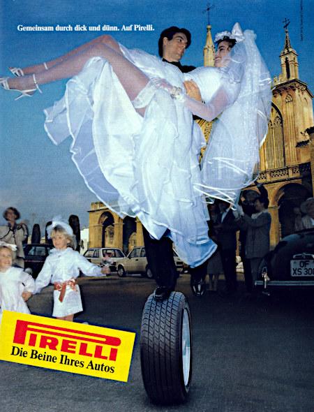 Pirelli-Reklame aus dem Jahr 1987: Gemeinsam durch dick und dünn. Pirelli. -- Absurdes Foto einer Hochzeit. Der Bräutigam trägt die Braut auf Armen und balanciert dabei auf einem Reifen. -- Pirelli. Die Beine Ihres Autos.