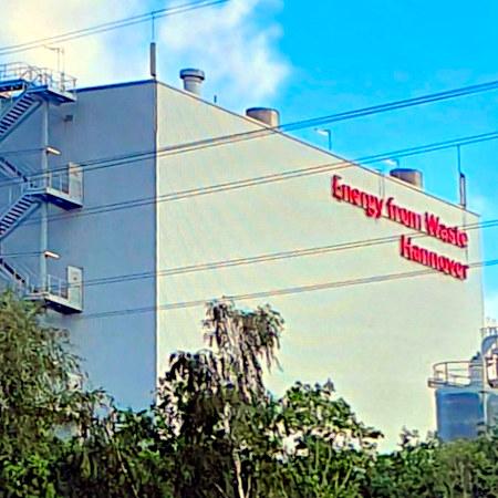 Müllverbrennungsanlage in Hannover mit Leuchtreklame: Energy from Waste -- Hannover