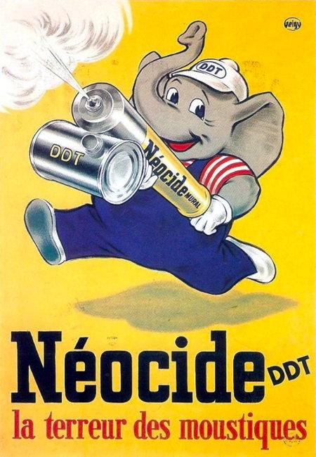 Alte französische Werbung. Ein knuffig gezeichneter Elefant im Blaumann (mit Käppi auf dem Kopf, Aufdruck 'DDT') sprüht lächelnd mit einer überdimensionierten DDT-Spritze. Darunter der Text: Néocide DDT, la terreur des moustiques