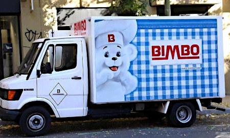 Unbeschreibliches Foto eines Lieferwagens einer Unternehmung namens Bimbo