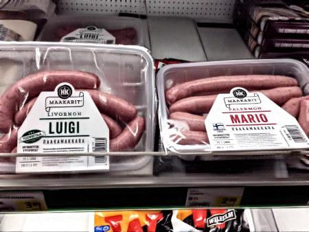 Zwei Verpackungen mit Würstchen in einer Tiefkühltruhe. Die eine ist mit Luigi beschriftet, die andere mit Mario.