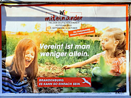BRD-Propagandaplakat zum Tag der Deutschen Einheit -- Wir miteinander (das Wort 'wir' ist in schwarz-rot-gelb geschrieben) -- Tag der Deutschen Einheit, Potsdam 2020, 5. September bis 4. Oktober -- Die EinheitsEXPO -- Einfach zusammenkommen -- Vereint ist man weniger allein. -- Brandenburg. Es kann so einfach sein