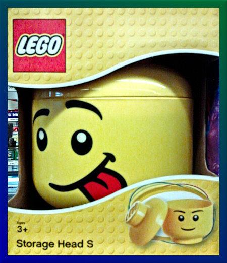 Verpackung eines Behälters für Lego-Steine in einem Supermarkt-Regal