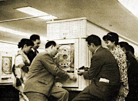 Foto aus einer japanischen Pachinko-Spielhalle aus dem Jahr 1962