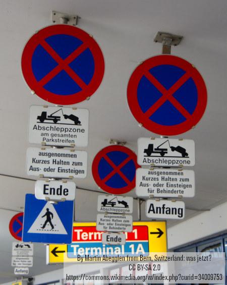 Eine unbeschreiblich verwirrende Aufstellung von Verkehrszeichen