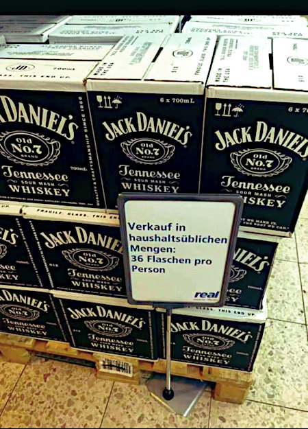 Aufgestellte Kästen mit Jack Daniel's in einem Real-Supermarkt, davor ein Schild: Verkauf nur in haushaltsüblichen Mengen: 36 Flaschen pro Person
