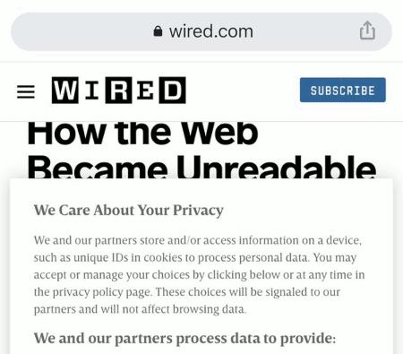 Screenshot der Anzeige der Website von Wired in einem Handy-Browser. Angezeigt wird ein Artikel mit der Überschrift 'How The Web Became Unreadable'. Ein Teil der Überschrift und der gesamte Artikel werden von einem dieser Dialoge überlagert, in denen steht, wie sehr sich Wired um die Privatsphäre seiner Leser bemüht und dass man jetzt doch bitte, um weiterlesen zu können, zustimmen soll, dass Überwachungsdaten für Wired und diverse so genannte 'Partner' von Wired erhoben werden.