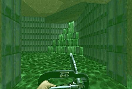 Screenshot Doom. Doomguy steht in der giftigen Brühe mit Kettensäge in den Händen, an der Wand gibt es eine große Einleitung weiteren Giftes