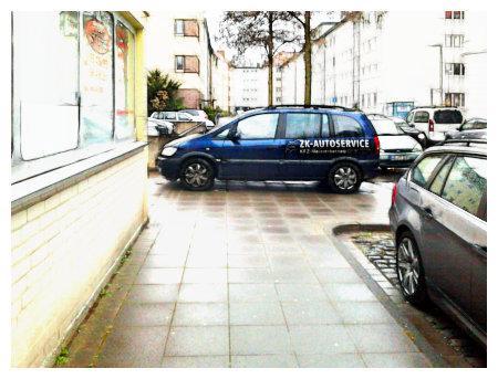 Mitten auf dem Fußweg steht quer ein Auto mit dem Reklameaufdruck 'Autoservice' -- stark mit Gimp bearbeitetes Foto.