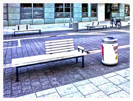 Stark mit Gimp bearbeitetes Foto einer Sitzbank mit halbierter Rückenlehne, wie sie in Hannover jahrelang aufgestellt wurden, um Obdachlosen das Schlafen auf der Bank zu erschweren. Obdachlose sollen nach dem Willen der Stadt Hannover gefälligst auf dem Boden schlafen