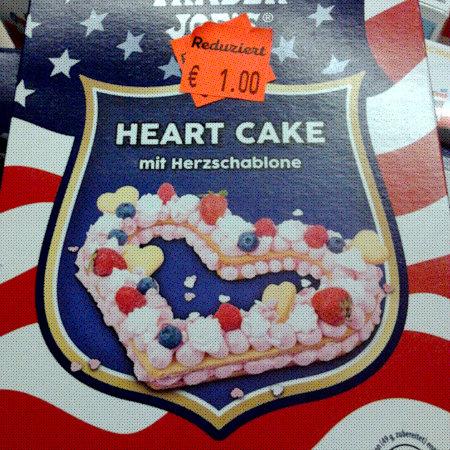 Produktverpackung: Trader Joe's HEART CAKE mit Herzschablone -- Aufgeklebt: Reduziert auf 1,00 €