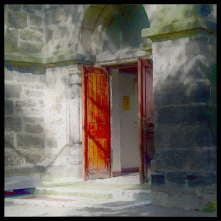 Stark mit Gimp bearbeitetes Foto der Eingangstür einer Kirche