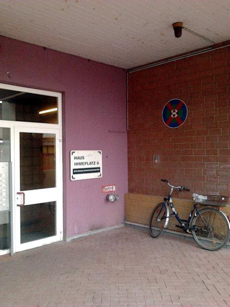 Eine enge, dunkle im Ihmezentrum (Hannover-Linden) mit aufgehängtem Schild: Fußballspielen verboten