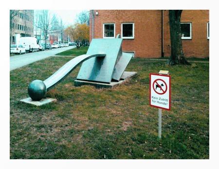 Abstrakte Straßenkunstinstallation in der hannöverschen Südstadt (Altenbekener Damm) mit Schild: Kein Zutritt für Hunde.