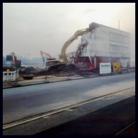 Stark mit Gimp bearbeitetes Foto eines Gebäudes an einer Straße, das gerade abgerissen wird und von dem beinahe nur noch ein Teil der Fassade steht