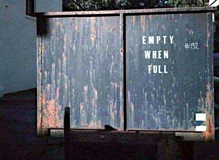 Müllcontainer mit Aufdruck 'Empty when full'...