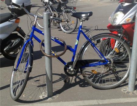 Foto eines Fahrrades, das so 'angeschlossen' ist, dass man es einfach herausheben und damit wegfahren könnte.