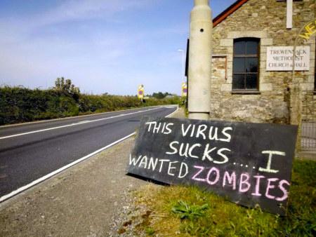 Vor einer Methodistenkirche in den USA aufgestelltes Schild: This virus sucks… I wanted zombies