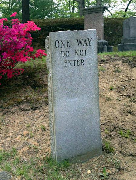 Grabstein mit der englischen Aufschrift: One Way! Do not enter!