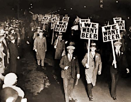 Eine Demonstration (aus der Zeit der Prohibition) in den USA, deren Teilnehmer Schilder mit der Aufschrift 'We want beer' hochhalten.