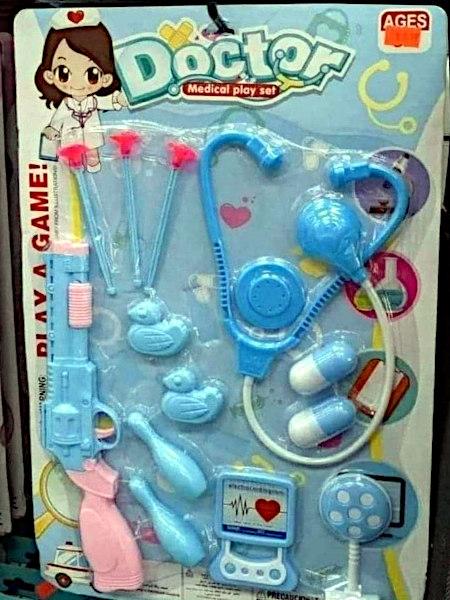 Spielwarenverpackung -- Doctor -- Medical play set -- Play a game -- Bestandteil der »medizinischen Instrumente« sind unter anderem zwei Kegel, zwei Enten und eine Pump-Action-Schrotflinte mit Revolvermechanik