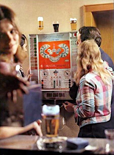Kneipenszene aus einer Werbung für das NSM-Geldspielgerät Rotamint Exquisit Super aus dem Jahr 1972